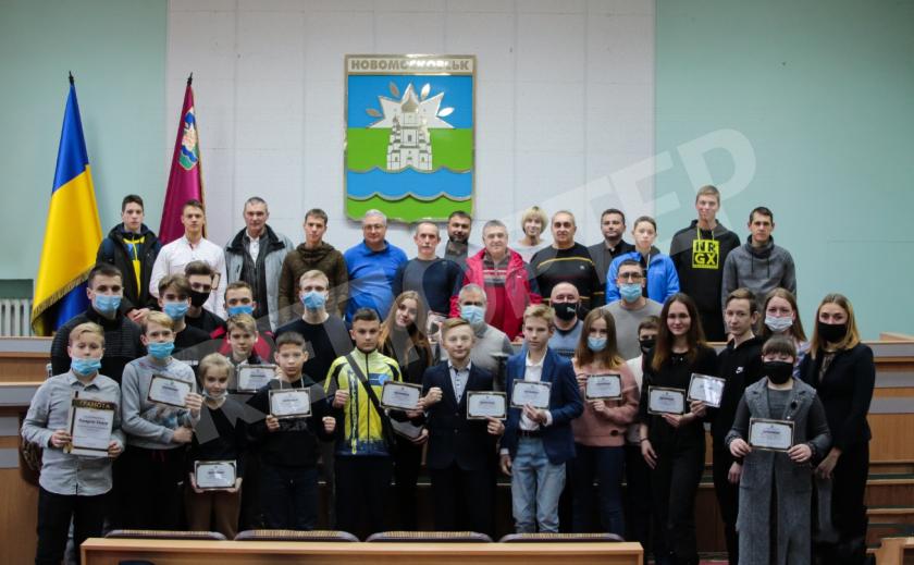 Спортсмены и тренеры Новомосковска получили сертификаты на премии