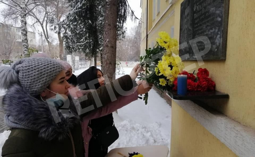 В Новомосковске почтили память героя АТО Виктора Мельникова