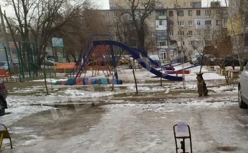 Власти Новомосковска просят горожан убрать парковочные барьеры и шлагбаумы