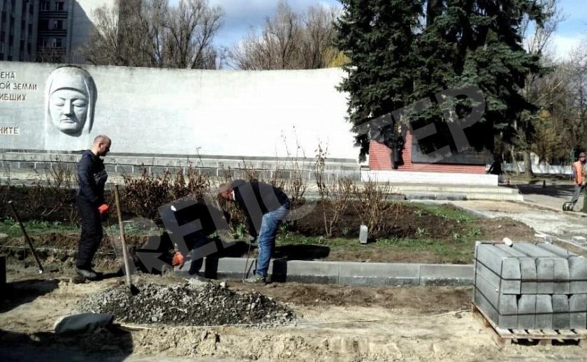 В Новомосковске облагораживают Вечный огонь