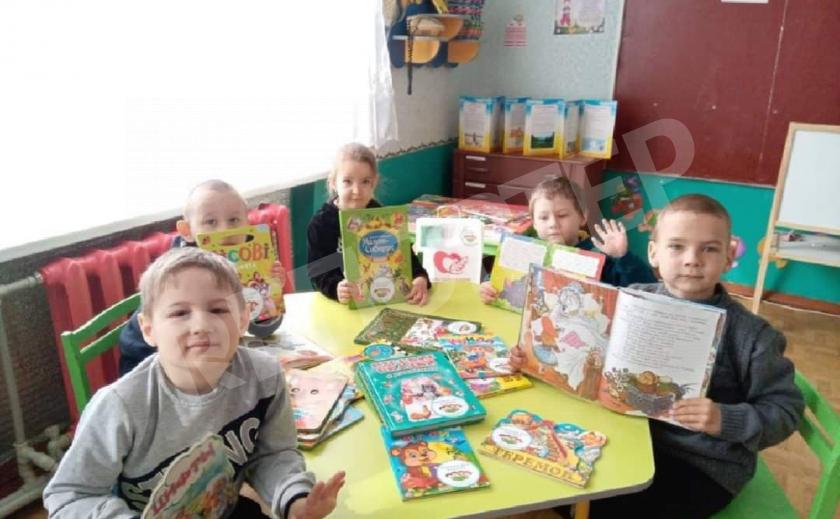 В Новомосковском районе детсады получили книжки, собранные буккроссингом