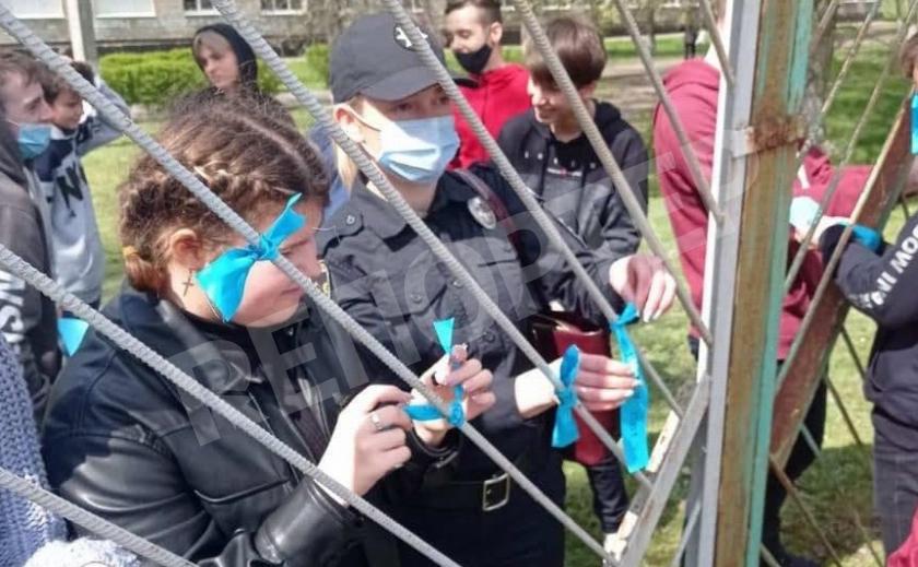 В Новомосковске полицейские со школьниками завязали ленточки против буллинга