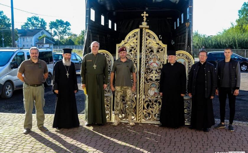 Жители Львовщины передали днепровским десантникам древний иконостас