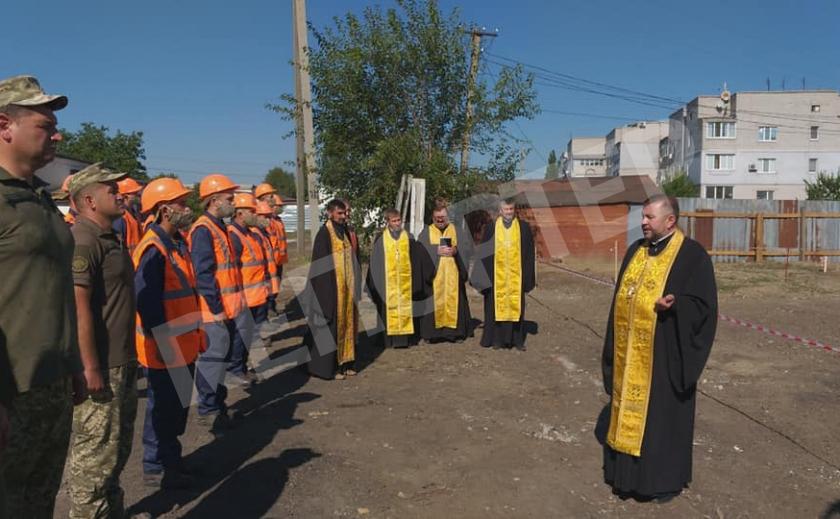 В Новомосковске окропили святой водой первый камень дома для военных