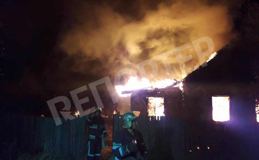 Под Новомосковском огонь мгновенно охватил жилой дом